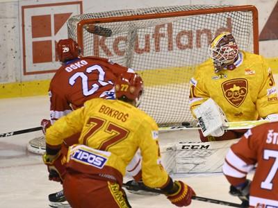 Patrik Oško (vľavo) prekonáva