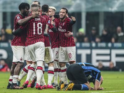 Futbalisti AC Miláno oslavujú gól