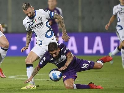 Marcelo Brozovič a Lucas Torreira v súboji o loptu