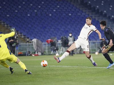 Edin Džeko strieľa gól do siete Ajaxu