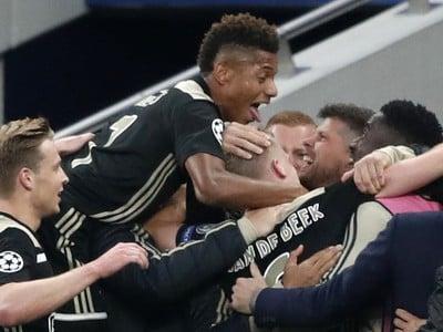 Hráči Ajaxu oslavujú úvodný