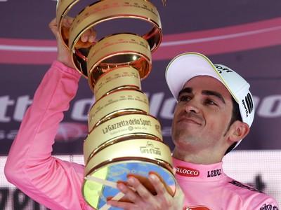 Alberto Contador s trofejou