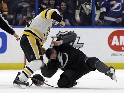Útočník Tampy Bay Alex Killorn padá po bitke s obrancom Pittsburghu Jackom Johnsonom