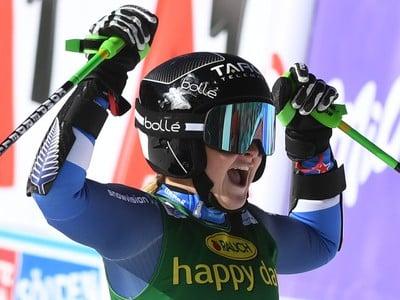 Na snímke 17-ročná Novozélanďanka Alice Robinsonová sa teší z víťazstva po 2. kole obrovského slalomu žien Svetového pohára