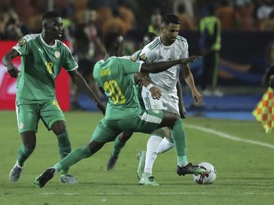 Riyad Mahrez a Sadio Mané v súboji o loptu