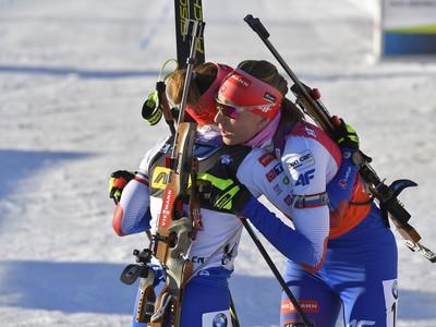 Slovenské biatlonistky Anastasia Kuzminová (vpravo) a Paulína Fialková sa objímajú v cieli šprintu na 7,5 km počas 9. finálového kola Svetového pohára v biatlone v nórskom Holmenkollene