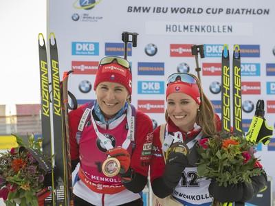 Na snímke slovenská biatlonistka Anastasia Kuzminová (vľavo) pózuje po víťazstve v šprinte žien na 7,5 km. Na treťom mieste skončila Slovenka Paulína Fialková