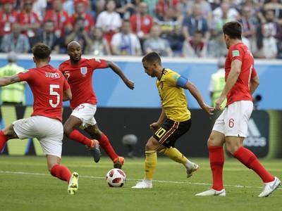 Eden Hazard preniká defenzívou Anglicka