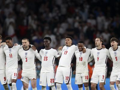 Sklamaní anglickí futbalisti po
