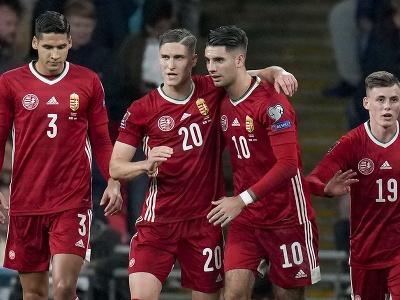Maďarský hráč Roland Sallai (druhý zľava) oslavuje so spoluhráčom Dominikom Szoboszlaiom gól