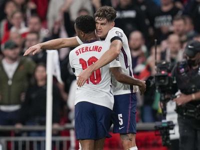Anglický hráč John Stones (vpravo) oslavuje so spoluhráčom Raheemom Sterlingom po tom, ako strelil úvodný gól