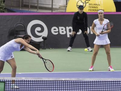 Na snímke slovenské tenistky Anna Karolína Schmiedlová a Viktória Kužmová