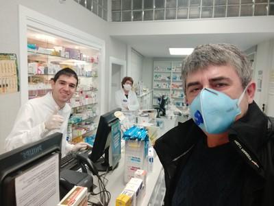 Španielsky futbalista Antonio Dovale počas pandémie koronavírusu pomáha v rodinnej lekárni