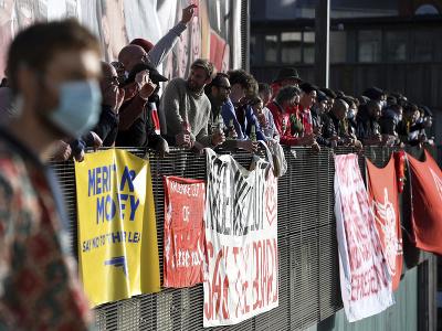 Fanúšikovia žiadajú odchod majiteľa klubu Stana Kroenkeho