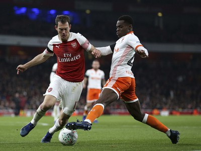 Stephan Lichtsteiner (vľavo) strelil premiérový gól za Arsenal