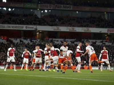 Arsenal postúpil po tesnom výsledku.