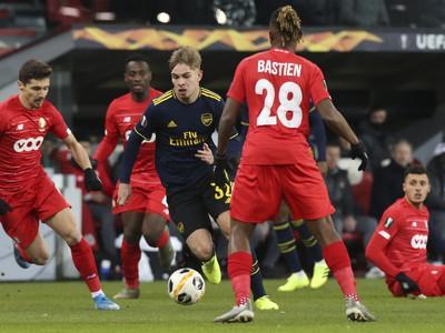 Hráč Arsenalu Emile Smith Rowe (uprostred) uniká s loptou