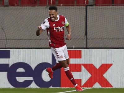 Futbalista Pierre-Emerick Aubameyang z Arsenalu Londýn sa teší z gólu