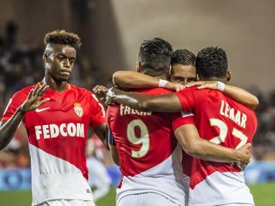 Hráči Monaka oslavujú gól