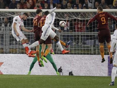 Na snímke uprostred hráč Lyonu Mouctar Diakhaby strieľa úvodný gól