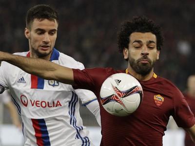 Na snímke vľavo hráč Lyonu Emanuel Mammana, vpravo hráč Ríma Mohamed Salah