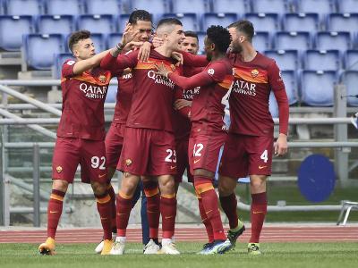 Hráči AS Rím oslavujú gól