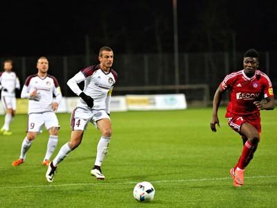Aliko Mohammad Bala, hráč AS Trenčín (vpravo), a Jaroslav Kostelný, hráč ŽP Šport Podbrezová (tretí zľava)