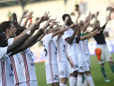 Na snímke hráči AS Trenčín oslavujú víťazstvo
