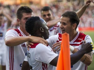 Na snímke hráči Trenčína oslavujú tretí gól