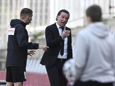 Uprostred tréner AS Trenčín Stijn Vreven reaguje po tom, čo dostal žltú kartu