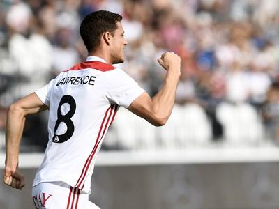 Na snímke obranca AS James Lawrence oslavuje svoj úvodný gól
