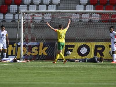 Druhý zľava Samuel Lavrinčík (AS Trenčín) leží na trávniku po tom, čo si strelil vlastný gól, s rukami nad hlavou sa teší Jakub Paur (MŠK Žilina)