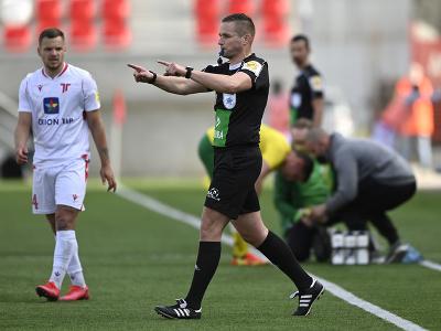 Hlavný rozhodca Boris Marhefka signalizuje penaltu po tom, čo použil systém VAR