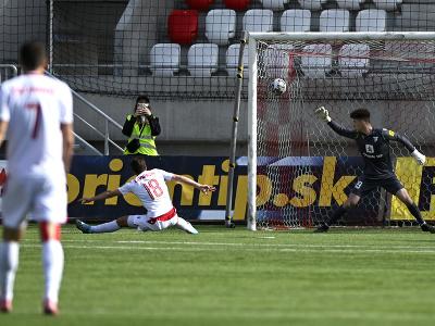 Zľava Samuel Lavrinčík (AS Trenčín) si strieľa vlastný gól