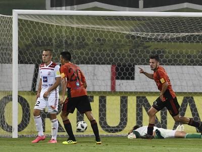 Štvrtý gól v sieti brankára Trenčína Igora Šemrinca (na zemi), teší sa Ružomberčan Dalibor Takáč (vpravo)