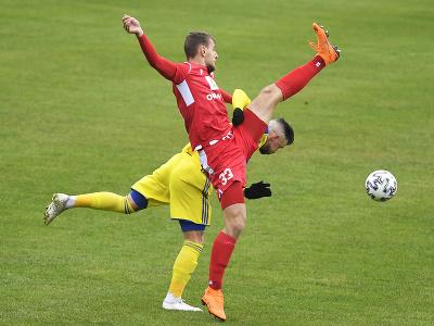 Erik Pačinda (FC Košice), v popredí Richard Križan (AS Trenčín)