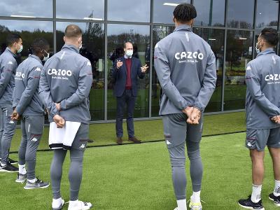 Britský princ William počas stretnutia s futbalistami Aston Villy v rámci otvorenia nového tréningového centra futbalového klubu Aston Villa