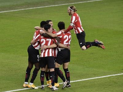 Hráči Bilbaa oslavujú gól