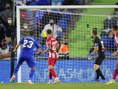 Stefan Mitrovič strieľa úvodný gól zápasu