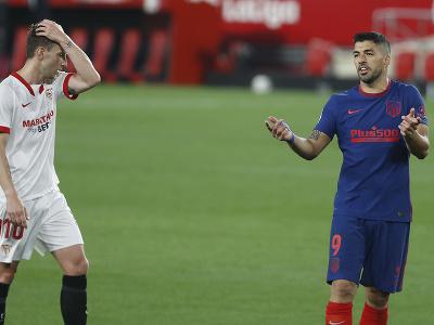 Luis Suárez (vpravo) v zápase s FC Sevilla