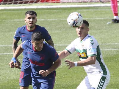 Luis Suárez hlavičkuje loptu pred hráčom Elche
