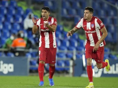 Luis Suárez hecuje svojich spoluhráčov po strelenom góle