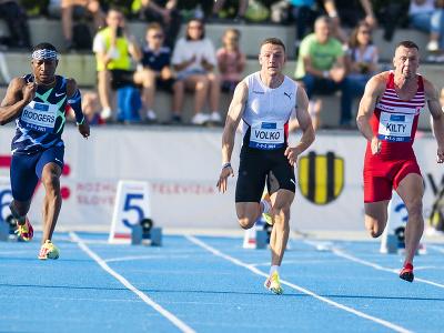 Zľava Michael Rodgers (USA), Ján Volko (SR) a Richard Kilty (V. Británia) vo finále behu na 100 m na atletickom mítingu P-T-S v Šamoríne