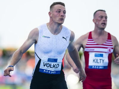 Zľava Ján Volko (SR) a Richard Kilty (v. Británia) vo finále behu na 100 m na atletickom mítingu P-T-S v Šamoríne