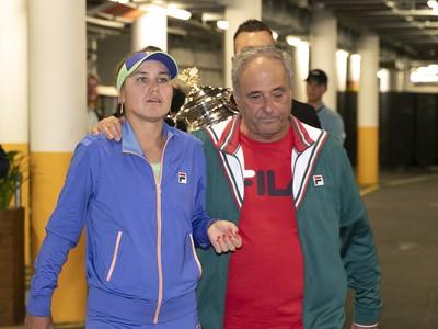 Sofia Keninová a jej otec Alex Kenin po finále Australian Open 2020