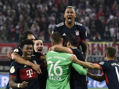 Hráči Bayernu oslavujú postup