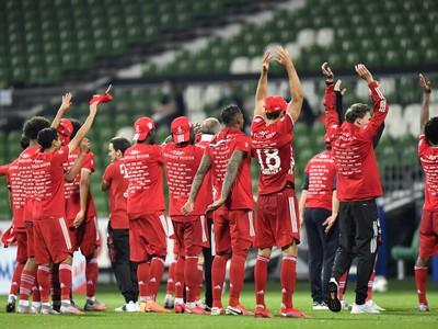 Futbalisti Bayernu Mníchov oslavujú