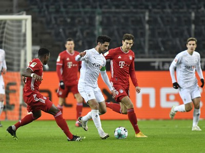 Lars Stindl vedie loptu cez hráčov Bayernu