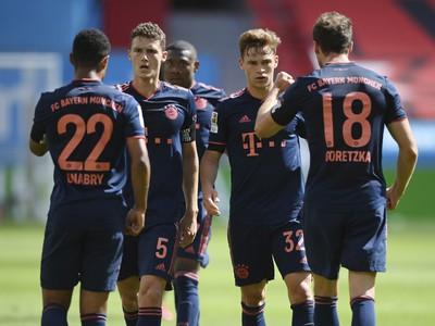 Futbalisti mníchovského Bayernu po strelení gólu