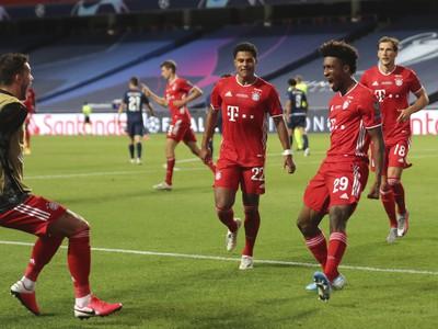 Radosť hráčov Bayernu po strelenom góle do siete PSG